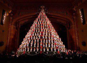Певцы репетируют для рождественского хора в Центре сценического искусства в Маскегоне, Мичиган, США. (Photo by Natalie Kolb/The Muskegon Chronicle)