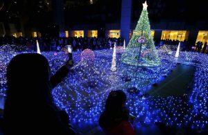 Зрители пришли посмотреть на огни во время сезонного мероприятия в Токио. (Photo by Koji Sasahara/Associated Press)