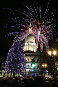 Салют над Капитолием после церемония зажжения елки в Лансинге, Мичиган. (Photo by Al Goldis/Associated Press)