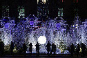 Новогодние украшения на Елисейских полях в Париже. (Photo by Christophe Ena/Associated Press)