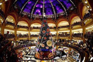 Огромная ёлка в универмаге Galeries Lafayette в Париже. (Photo by Charles Platiau/Reuters)