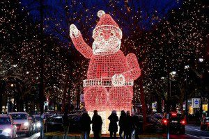 Подсвечивающаяся фигурка Санта-Клауса в Берлине. (Photo by Fabrizio Bensch/Reuters)