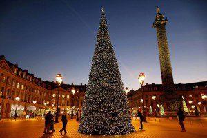 Ёлка на Вандомской площади в Париже. (Photo by Charles Platiau/Reuters)