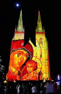 Рождественские огни на соборе святой Марии в Сиднее, Австралия. (Photo by Lisa Maree Williams/Getty Images)
