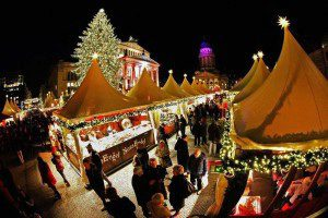 Освещённый рождественский рынок в Берлине. (Photo by Fabrizio Bensch/Reuters)