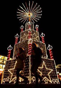 Новогодняя инсталляция на рождественском рынке в Берлине. (Photo by Markus Schreiber/Associated Press)