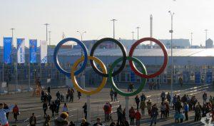 Пять заветных колец. Они украшают вход в огромный Олимпийский парк.