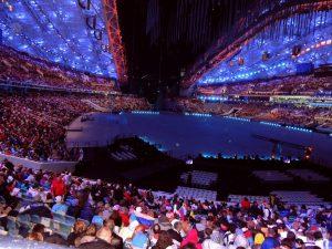 """Десятки тысяч болельщиков замерли на стадионе """"Фишт"""" в ожидании церемонии открытия. В ней приняли участие сотни артистов"""