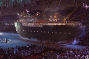 Огромный корабль. Самый яркий момент открытия Игр, по мнению Алины Марковской. Представители Югры сидели всего в нескольких метрах от него