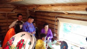 Копия оригинального жилища северных аборигенов. Наталье Комаровой не только рассказывают детали из жизни народа ханты, но и  угощают сибирскими вкусностями.
