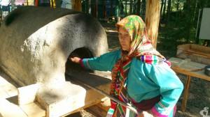 Хозяйка глиняной печи. Чтобы дать мастер-класс по приготовлению хлеба представители семьи Каюковых приехали из юрт Пунси.
