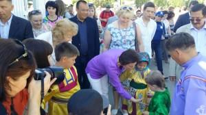 Многочисленные вспышки фотокамер. Губернатор протягивает руку юному представителю народа ханты и представляется. Для Влада - она просто Наталья.