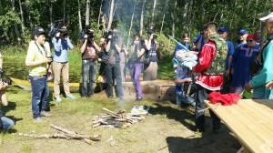 Внимание операторов и фотографов приковано к берегу реки. Здесь проводят традиционных обряд поклонения водному духу Вит Хону. Без этой процедуры ни один представитель северных аборигенов в воду не зайдёт.