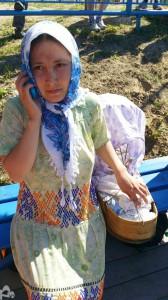 Зоя Кейчимова вместе со своим девятимесячным сыном приехала из поселка Нижний Сыртым, чтобы поддержать команду Сургутского района. Несмотря на доступность современных средств для переноски детей, ханты до сих пор используют самодельные люльки.