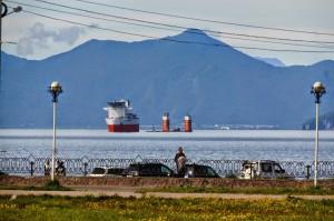 """Китайское судно """"Hai Yang Shi You"""" на рейде в Авачинской бухте. На той стороне бухты (более 20 км) виднеется закрытый город Вилючинск, где базируются атомные субмарины"""