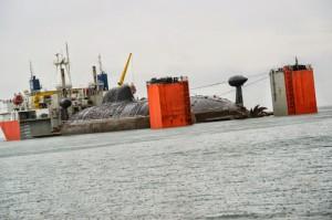 """Две однотипные подлодки """"Братск"""" и """"Самара"""" (проекта 971) погружены на судно валетом и полупогружное судно всплывает"""