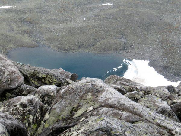 Голубое озеро у подножия горы Народная