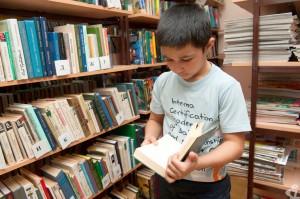 Основные посетители библиотек - школьники и студенты, но  и они сейчас охотней проводят время с гаджетами  в руках