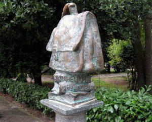 Памятник портфелю
