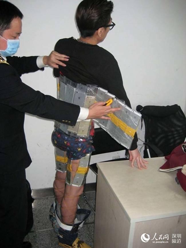 Китайские пограничники задержали отчаянного контрабандиста, который приклеил к своему телу 94 смартфона компании Apple