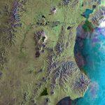 Восточное побережье Камчатки. В центре — Ключевская Сопка, самый высокий активный вулкан Евразии