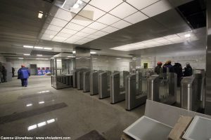 Станция метро находится на границе района Выхино-Жулебино и города Котельники на пересечении Новорязанского шоссе и улицы Маршала Полубоярова. На станции два подземных вестибюля, имеющих по два выхода каждый. Северо-западный выход расположен у 6-й микрорайона Жулебино и имеет отдельный выход к микрорайону «Городку Б» города Люберцы.