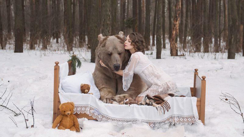 Хрупкие девушки в полупрозрачных пеньюарах и нижнем белье в ходе съемок обнимались и даже садились на грозное животное.