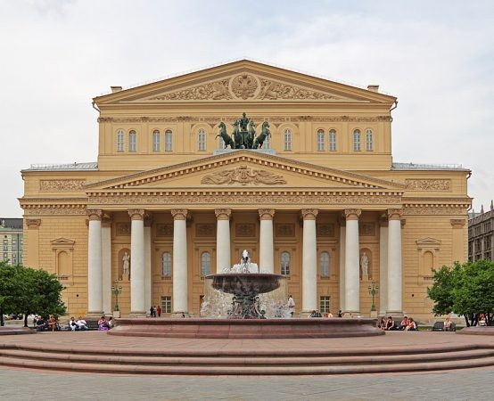 https://upload.wikimedia.org/wikipedia/commons/thumb/3/3f/Moscow_05-2012_Bolshoi_after_renewal.jpg/800px-Moscow_05-2012_Bolshoi_after_renewal.jpg